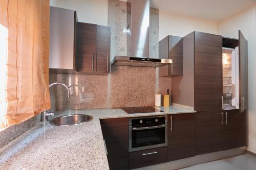 A kitchen or kitchenette at Exalt 21