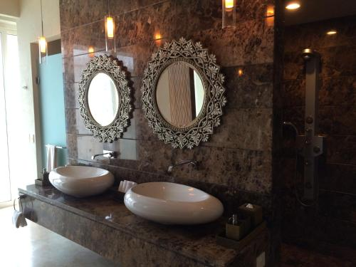 A bathroom at Presidential Suite by Grand Hotel Acapulco