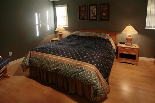 A bed or beds in a room at Wildwood Lodge by Westwind Properties