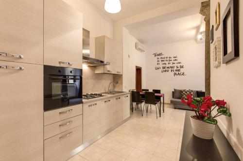 A kitchen or kitchenette at YHR Flat 63