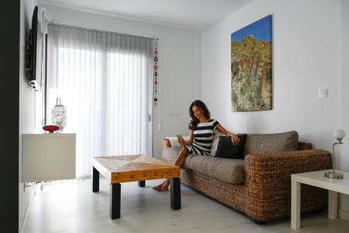 Een zitgedeelte bij Pura Vida Beach Suites