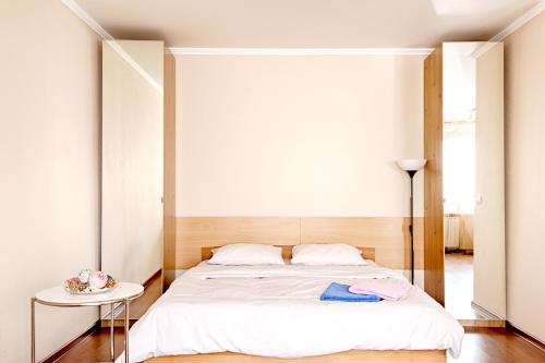 A bed or beds in a room at Leader NORD apartments on Belorusskaya
