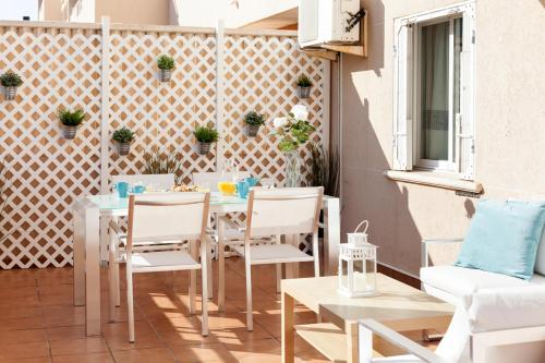 A restaurant or other place to eat at Apartamento Jardines de Playa Gandia
