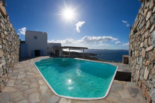 Het zwembad bij of vlak bij Villa Ellis Mar