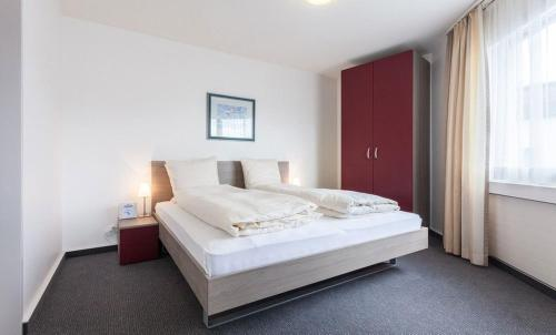 A bed or beds in a room at EMA House Serviced Apartments Aussersihl