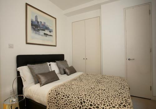 A bed or beds in a room at Saint Paul's Apartment