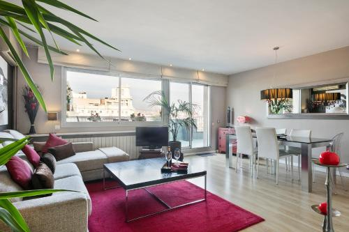 The lounge or bar area at Elegant Apartment Olle