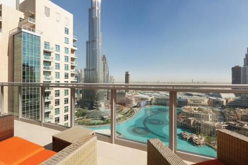Ein Blick auf den Pool von der Unterkunft Ramada Downtown Dubai oder aus der Nähe