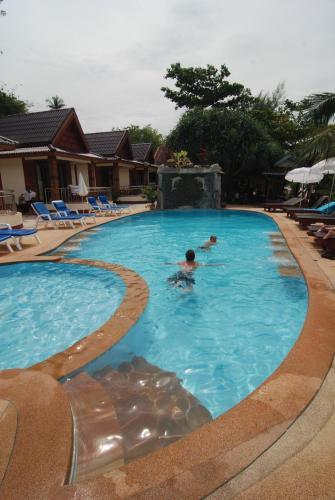 Piscina di Lanta Paradise Beach Resort o nelle vicinanze