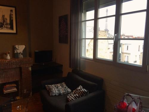 A seating area at Delightful 1 BR - Eiffel view