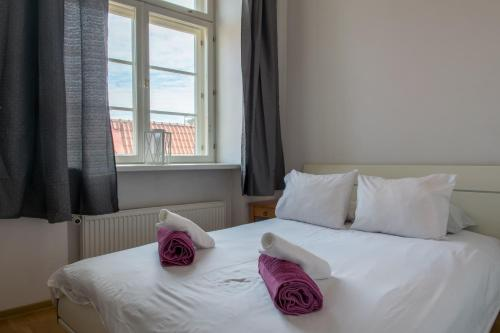 A bed or beds in a room at Parkers Boutique Apartments - Old Town Square