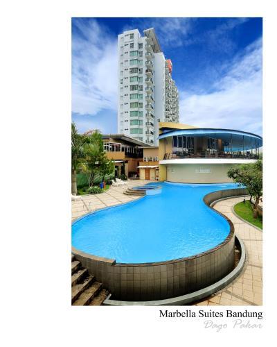 Kolam renang di atau di dekat Marbella Suites Bandung