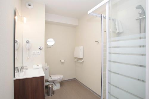 A bathroom at Odalys City Orléans Saint Jean