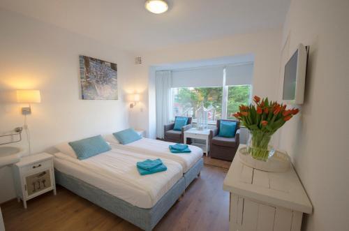 Een bed of bedden in een kamer bij Pension Oranje