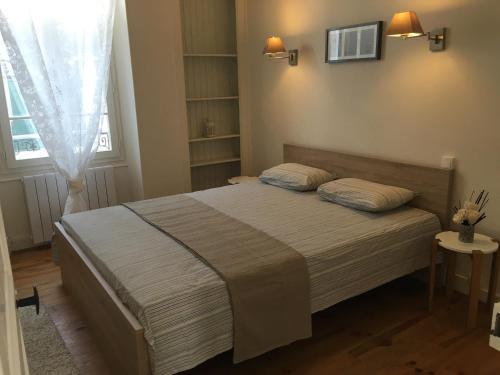 A bed or beds in a room at Appartement de charme proche parc du Château de Fontainebleau