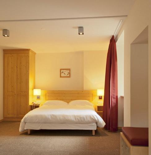 Un ou plusieurs lits dans un hébergement de l'établissement L'AO Hôtel & Restaurant L'Aigle d'Or