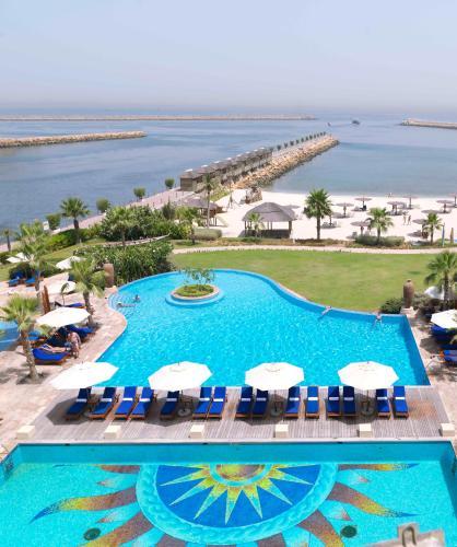 Radisson blu resort sharjah uae - Radisson blu sharjah swimming pool ...