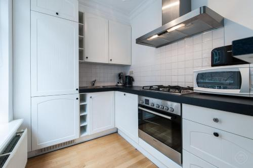 Een keuken of kitchenette bij Elegant City Apartments