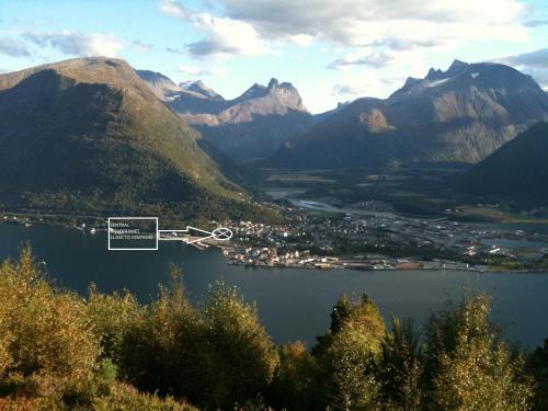 Utsikt mot fjell, enten fra villaen eller fra et annet sted