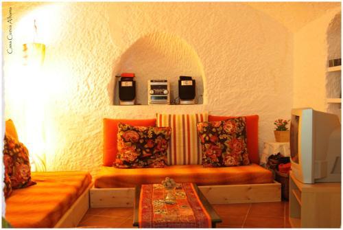 El salón o zona de bar de Casa Cueva Alhama