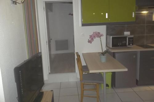 A kitchen or kitchenette at Appartement du Cloitre