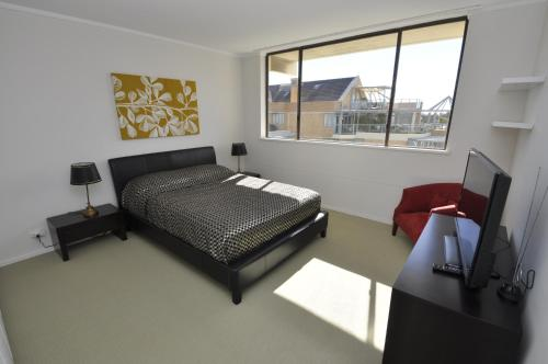North Sydney Self-Contained Modern Two Bedroom Apartment (21RIG)