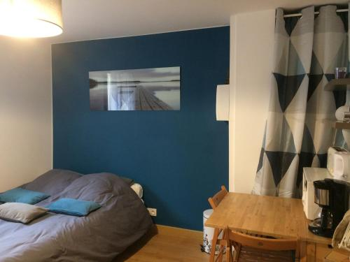 A bed or beds in a room at Charmant Studio proche Gare/RER Massy palaiseau