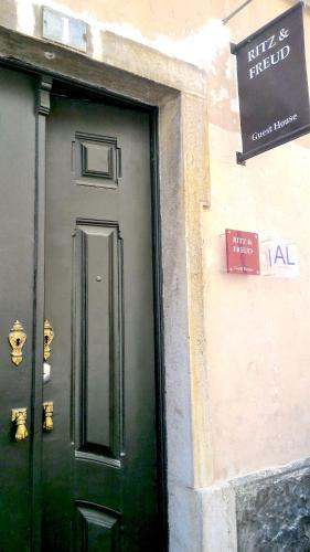 The facade or entrance of Ritz & Freud B&B