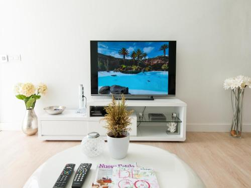 A television and/or entertainment centre at Bungalow Playa del Inglés JF/GI