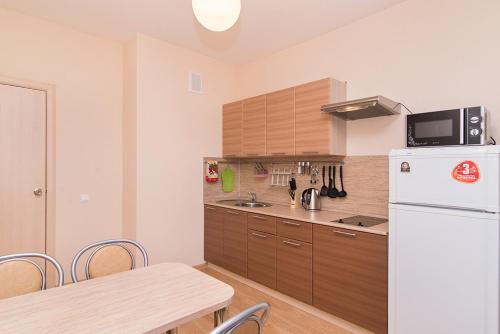 Кухня или мини-кухня в Apartaments ALEXANDRIA on Tokarey 26
