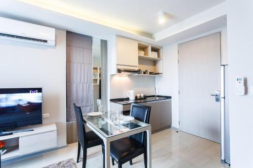 Кухня или мини-кухня в 6 Avenue Surin by Lofty