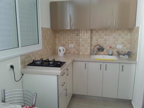 Kitchen o kitchenette sa Apartments Petah Tiqwa - Bar Kochva Street