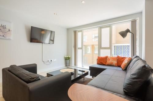 The lounge or bar area at Kingfisher Apartments Cambridge City