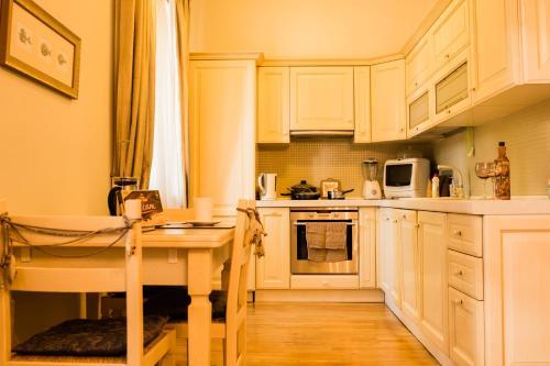 Majoituspaikan Kaubamaja Luxury Apartment keittiö tai keittotila