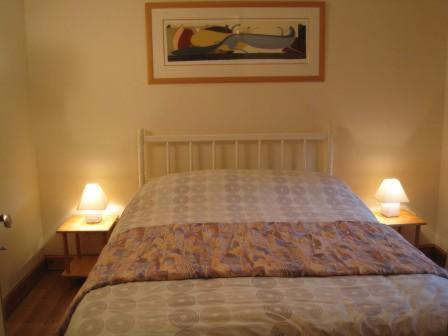 A bed or beds in a room at Le Biscottage Arcy-sur-Cure