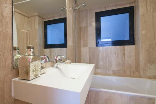 A bathroom at Apartment Barcelona Rentals - Private Pool and Garden Center