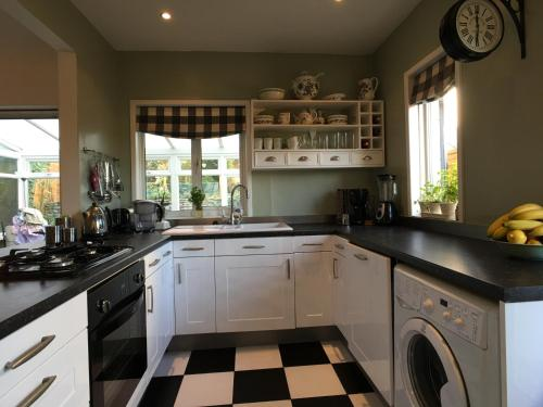 A kitchen or kitchenette at MyCityHaven - Batheaston