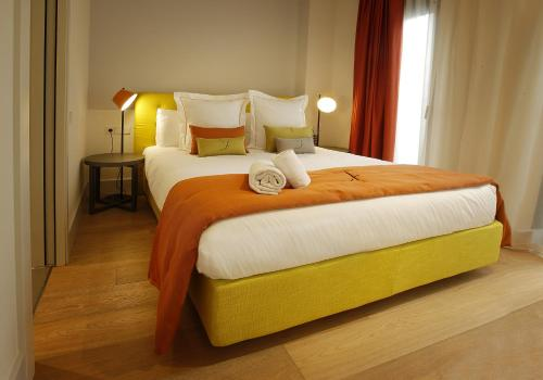 A bed or beds in a room at Cosmo Apartments Rambla Catalunya