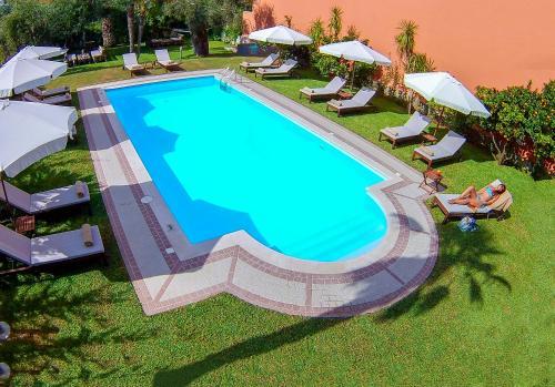 Uitzicht op het zwembad bij Aparthotel Ano of in de buurt