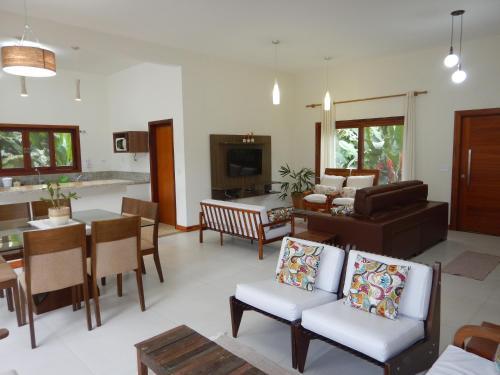 A seating area at Pé Na Areia Itamambuca