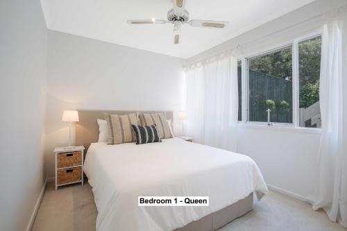 A bed or beds in a room at Greenwich Garden Apartment