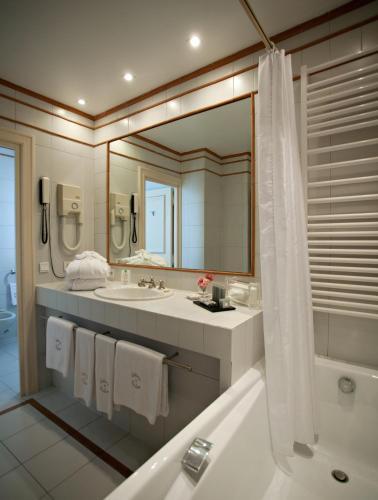 A bathroom at Château et Golf De Taulane