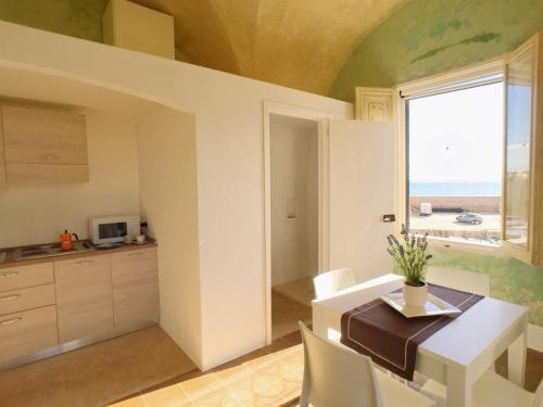 A kitchen or kitchenette at Le Dimore del Canneto