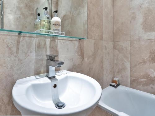 A bathroom at Luxury Apartment South Kensington