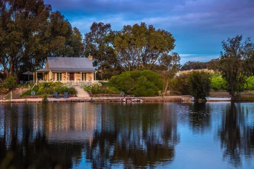 Stonewell Cottages and Vineyards