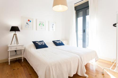 A bed or beds in a room at Beato Apartments | RentExperience