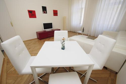A seating area at Marus Apartment Grinzing