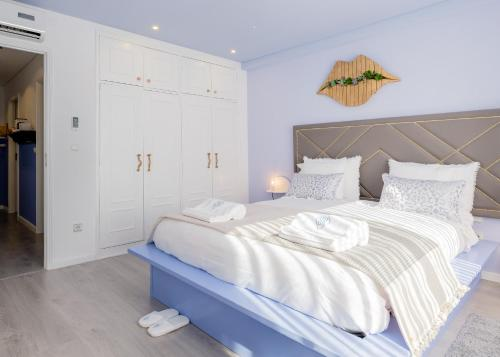 A bed or beds in a room at BOUTIQUE RENTALS - Provence Apartment