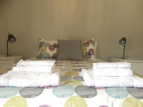 A bed or beds in a room at Feel Funchal