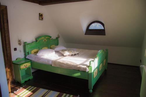 Un pat sau paturi într-o cameră la Casuta Bunicii